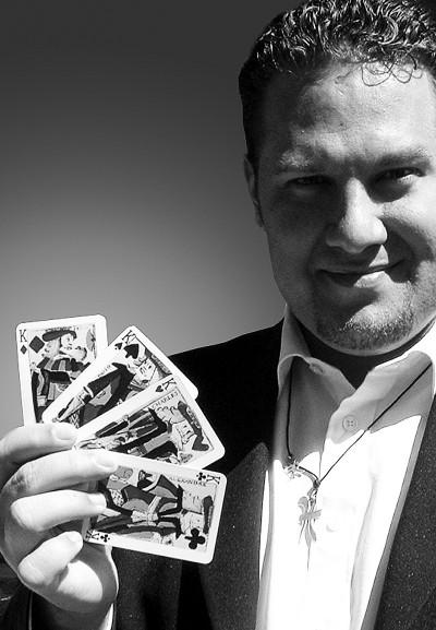Christian Engblom propone un taller de 2 a 3 horas de duración enfocado adiscutir detalles que ayudan ahacer nuestra magia más fuerte, con ejemplos de juegos y técnicas.  El taller se… Leer Más